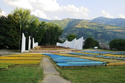 Amphitheater in ukrainischen Farben
